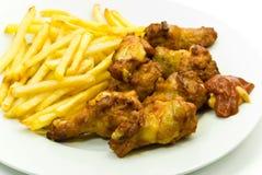De gefrituurde benen van de kip met Frans - aardappel en Stock Fotografie