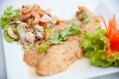 De gefrituurde vissen dienen met kruidige salade en vegetab royalty-vrije stock afbeelding