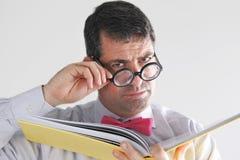 De gefrustreerde mensenleraar bekijkt de camera Royalty-vrije Stock Foto