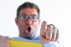 De gefrustreerde mensenleraar schreeuwt bij studenten in klasse Royalty-vrije Stock Fotografie