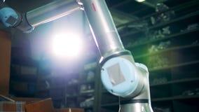 De gegevens verwerkte robotwerken automatisch bij een installatie stock video