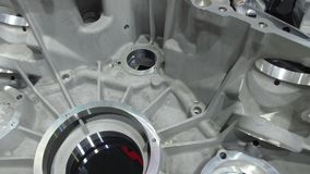 De gegoten huisvesting van de aluminiumtransmissie De gaten worden machinaal bewerkt op de CNC machine stock videobeelden