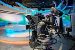 De gegoten studio van TV NIEUWS met camera en lichten royalty-vrije stock foto