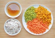 De gehakte groenten met soep en verbrijzeling vissen op witte plaat tegen houten raadsachtergrond stock fotografie