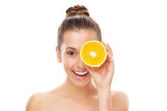 De gehalveerde sinaasappel van de vrouw holding Stock Fotografie