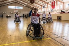 De gehandicapte basketbalspelers hebben vriendschappelijke basketbalgelijke royalty-vrije stock foto