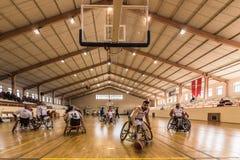 De gehandicapte basketbalspelers hebben vriendschappelijke basketbalgelijke royalty-vrije stock afbeeldingen
