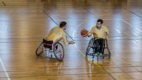 De gehandicapte basketbalspelers hebben vriendschappelijke basketbalgelijke royalty-vrije stock afbeelding
