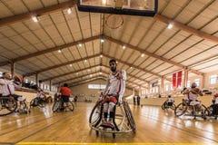 De gehandicapte basketbalspelers hebben vriendschappelijke basketbalgelijke stock fotografie