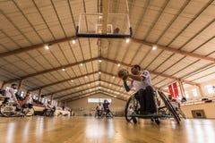 De gehandicapte basketbalspelers hebben vriendschappelijke basketbalgelijke stock foto's