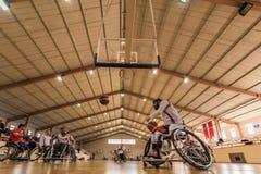 De gehandicapte basketbalspelers hebben vriendschappelijke basketbalgelijke stock afbeeldingen