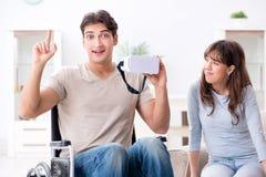 De gehandicapte man met virtuele glazen stock foto