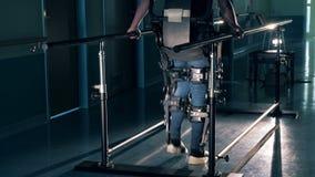 De gehandicapte mens opleiding met het lopen van materiaal, sluit omhoog stock video