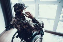 De gehandicapte Militaire Telefoon van Mensenbesprekingen in Rolstoel stock fotografie