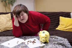 De gehandicapte vrouw kijkt wanhopig voor haar rekeningen Stock Foto