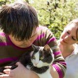De gehandicapte vrouw knuffelt een kat Royalty-vrije Stock Afbeelding