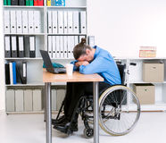 De gehandicapte zakenman in rolstoel is gedeprimeerd stock foto