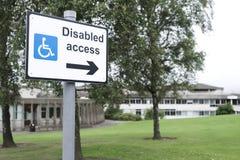De gehandicapten hebben toegang tot teken voor de richtingpijl van rolstoelgebruikers op school royalty-vrije stock foto
