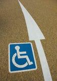 De gehandicapten ondertekenen met een pijl Stock Foto