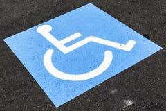 De gehandicapten ondertekenen op asfalt stock foto's