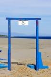 De gehandicapten ondertekenen op staal blauw frame Stock Afbeeldingen