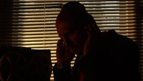 De geheimagent luistert aan en het registreren gesprekken stock video