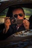 De geheime die mens in auto wordt verborgen neemt foto royalty-vrije stock fotografie