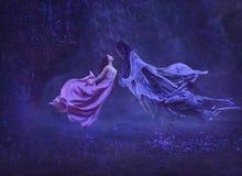 De geheimzinnige heks danst met een demon, donkere krachten, in de lucht Kusdementor Het weghalen van de ziel Een kleding royalty-vrije stock foto