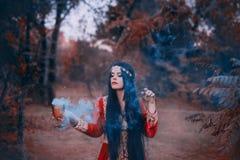 De geheimzinnige heks van het westen creeert een liefdedrankje, magische rite om geesten en deities, zielen van te verzoeken stock foto's