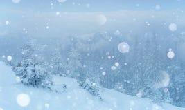 De geheimzinnige majestueuze bergen van het de winterlandschap in Stock Afbeelding