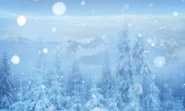 De geheimzinnige majestueuze bergen van het de winterlandschap in Stock Afbeeldingen