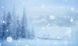 De geheimzinnige majestueuze bergen van het de winterlandschap in Royalty-vrije Stock Afbeelding
