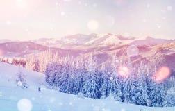 De geheimzinnige majestueuze bergen van het de winterlandschap binnen Stock Fotografie
