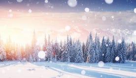 De geheimzinnige majestueuze bergen van het de winterlandschap binnen Magica Stock Afbeeldingen