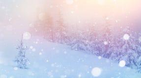 De geheimzinnige majestueuze bergen van het de winterlandschap binnen Magica Stock Foto