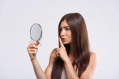 De geheimzinnige vrouw heeft een groot geheim stock afbeeldingen