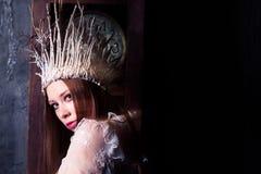 De geheimzinnige vrouw kleedde zich als witte heks of sneeuwkoningin Royalty-vrije Stock Afbeeldingen