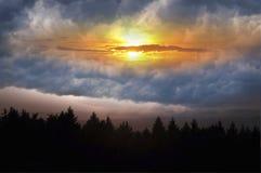 De geheimzinnige wolken van de landzon Stock Fotografie