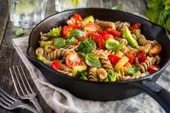 De gehele deegwaren van tarwefusilli met groenten Stock Foto