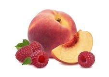 De gehele die framboos van het perzikfruit op witte achtergrond wordt geïsoleerd Stock Foto