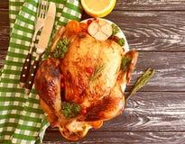 De gehele gebraden kip verglaasde voorbereid, smakelijk die diner op houten achtergrond wordt gekookt stock afbeelding