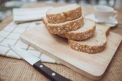 De gehele plattelander van de het brood hoogste mening van de korreltarwe op houten lijst stock afbeeldingen