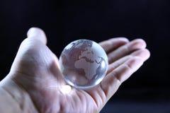 De gehele wereld in mijn handen royalty-vrije stock foto