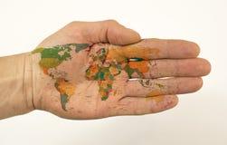 De gehele wereld in de palm van uw hand stock afbeeldingen