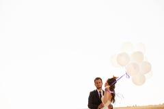 De gehuwde gelukkige impulsen van de paarholding ter beschikking Stock Fotografie