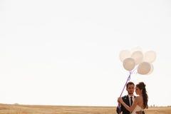De gehuwde gelukkige impulsen van de paarholding ter beschikking Stock Afbeeldingen
