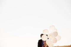 De gehuwde gelukkige impulsen van de paarholding ter beschikking Stock Foto's