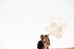 De gehuwde gelukkige impulsen van de paarholding ter beschikking Royalty-vrije Stock Foto's