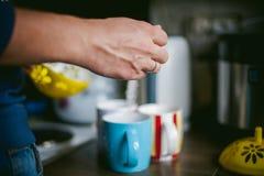 De gehuwde mens met een ring op haar vinger, brouwt uw ochtendkoffie bij ontbijt voor haar familie Royalty-vrije Stock Afbeelding