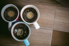 De gehuwde mens met een ring op haar vinger, brouwt uw ochtendkoffie bij ontbijt voor haar familie Stock Foto's